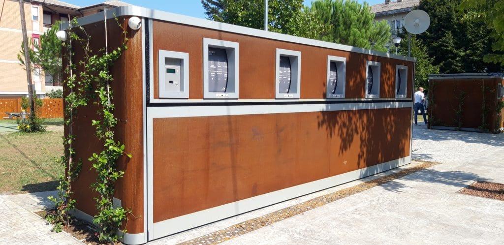 Point d'apport volontaire de déchets hors sol, conteneur aérien en acier corten avec intégration paysagère sur une place rénovée