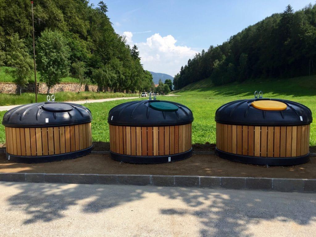 3 Conteneurs semi enterre bardage bois dans un parc